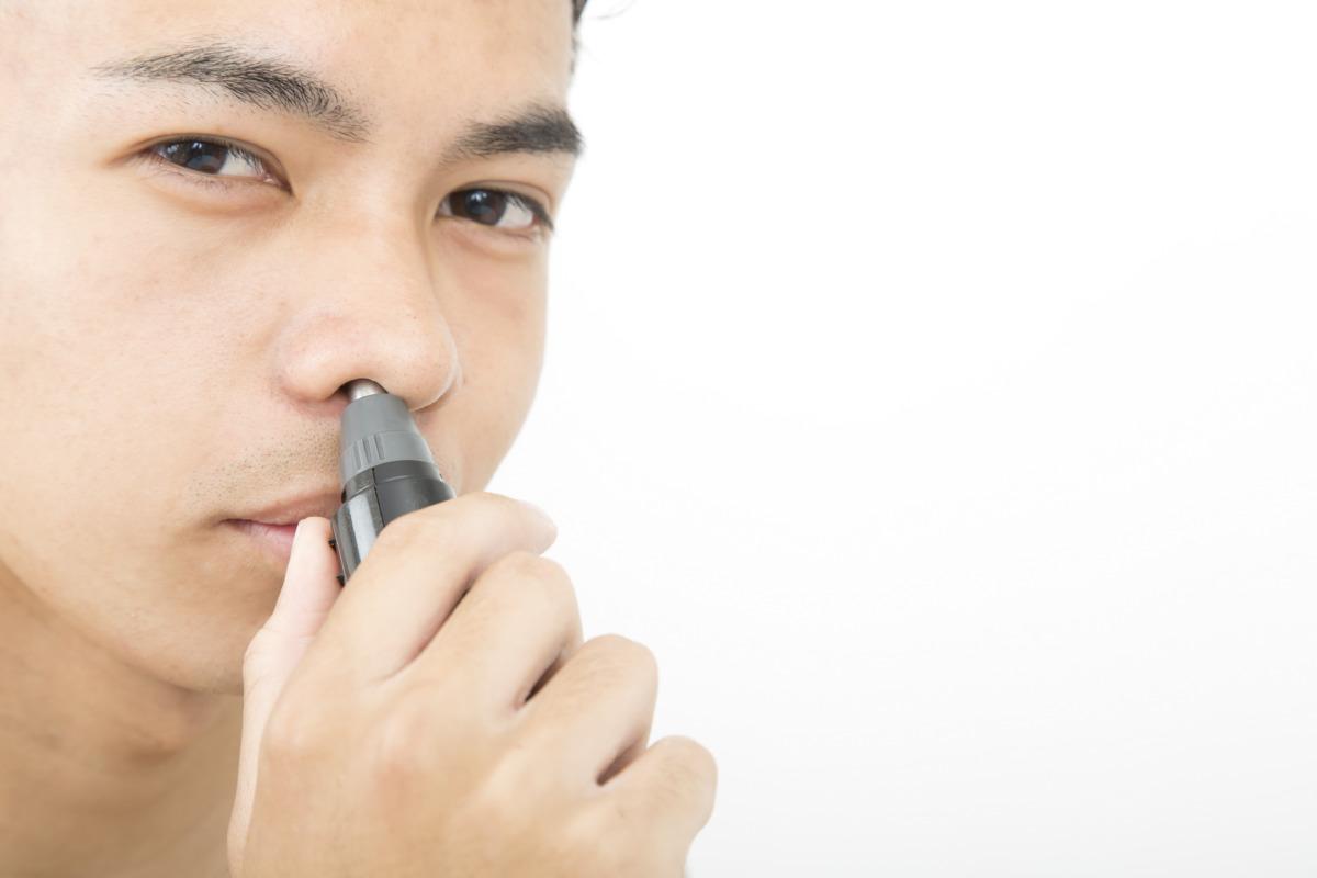 鼻毛カッターを使う男性